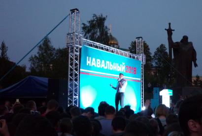 Alexei Nawalny bei einer öffentlichen Kundgebung auf der Bühne in Yekaterinburg