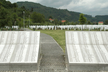 Grabmale in der Gedenkstätte Srebrenica/Potočari in Bosnien und Herzegowina (2008)