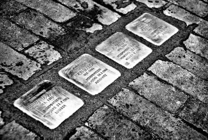 Schwarz-Weiß-Aufnahme von Stolpersteinen