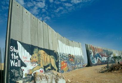 Die noch unfertige Begrenzungsmauer, die Teile von Bethlehem abtrennt um Israel vor palästinensischen Terroristen zu schützen. Die Zeichnungen scheinen von pro-palästinensischer Seite zu stammen, die dünne rote Beschriftung von pro-isralischer Seite. Eini