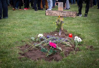 Marsch der Entschlossenen - Gräber vor dem Bundestag