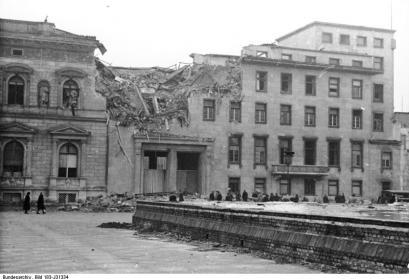 ADN-ZB/Archiv II. Weltkrieg 1939-45 Bombenschäden in Berlin durch alliierte Luftangriffe 1945: Wirkung einer Sprengbombe in der Front zum Wilhelmplatz der Neuen Reichskanzlei. (Aufnahme entstand vor dem 22.3.1945)