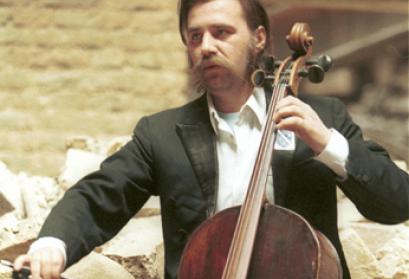 Vedran Smajlović, der Cellist von Sarajevo in der zerstörten Nationalbibliothek, Sarajevo 1992 (Foto: Mikhail Evstafiev)