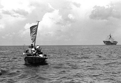 Vietnamesische Flüchtlinge, 1984, By PH1 James Franzen, USN (DN-SN-84-09734) [Public domain], via Wikimedia Commons