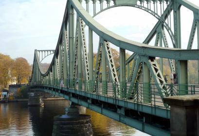 Glienicker Brücke im Jahr 2012. Zwischen 1962 und 1986 wurden hier drei Mal hochrangige Agenten aus der Sowjetunion und den USA gegeneinander ausgetauscht. Foto: Manfred Brückels (Wikimedia Commons; CC-BY-SA 3.0 DE)