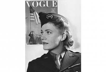Lee Miller in Uniform, London, 1944. © David E. Scherman/United States Army Signal Corps Quelle: Wikimedia Commons/U.S. military or Department of Defense (public domain), User: Telrúnya, Datei: David_E_Scherman-_Lee_Miller_1944.jpg, Upload: 19:46, 19.3.13