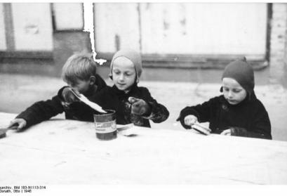 Kinder fegen Mehlreste zusammen, Berlin 1945 Fotograf: Otto Donath