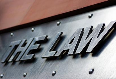 Schriftzug The Law vor dem Eingang der Newcastle Law Courts