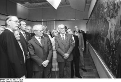 Werner Tübke (l.) erklärt Erich Honecker auf der IX. Kunstausstellung in Dresden während des Rundgangs durch das Albertinum am 2.10.82 sein Gemälde zur Frühbürgerlichen Revolution in Deutschland