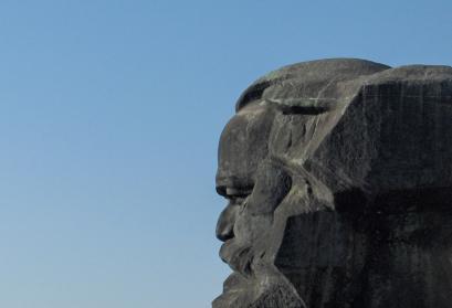 Foto: Seitenansicht des Karl-Marx-Monuments in Chemnitz, 2007.