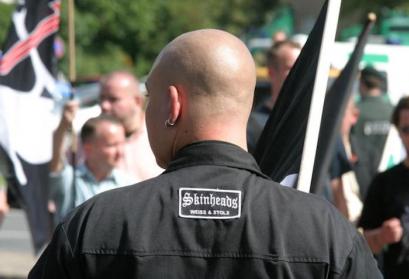 Auch Teile der rassistischen Neonaziszene treten als Skinheads in Erscheinung