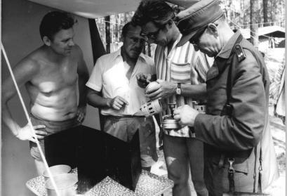 Brandschutzkontrolle auf einem Campingplatz durch den Revierförster, den Zeltplatzleiter und einem Angehörigen des Campingrates, Groß Köris