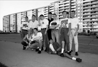 Skinheads vor Plattenbau in Berlin Marzahn