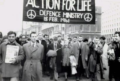 Bertrand Russell & his wife Edith Russell lead anti-nuclear march, 18. Februar 1961
