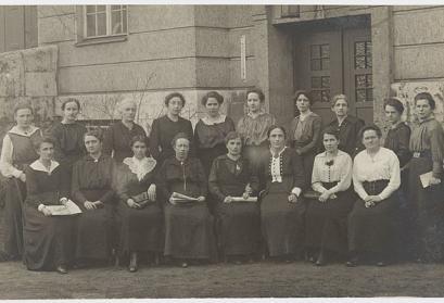 Die weiblichen Abgeordneten der MSPD in der Weimarer Nationalversammlung am 1. Juni 1919. Bestand des Historischen Museums Frankfurt