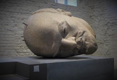 Der Kopf des Ost-Berliner Lenin-Denkmals, waagerecht aufgebahrt in der Spandauer Zitadelle