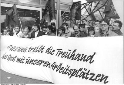 Stahlarbeiter protestieren vor dem Gebäude der Treuhand, Berlin 1990