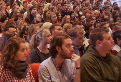 Student*Innen lauschen gebannt in einem überfüllten Vorlesungssaal