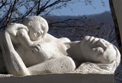 Sant' Anna di Stazzema, Skulptur Mutter und Kind (im Mahnmal)