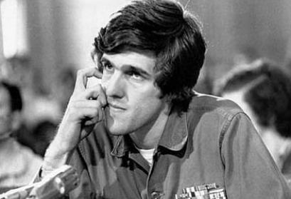John Kerry, Rede an die Fulbright Komission im April 1971. Quelle: Wikimedia Commons/Copyright status of work by the U.S. government (public domain), User: Cropbot, Datei: Kerry_Fulbright_Commission.jpg, Upload: 2:32, 30 March 2012