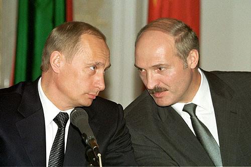 Wladimir Putin und Aleksandr Lukaschenko auf einer Konferenz in Moskau am 14. Mai 2002