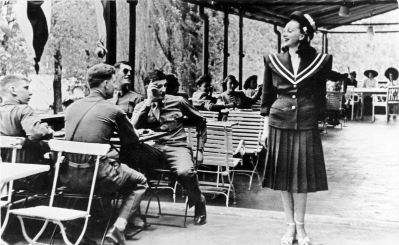 Amerikanische Soldaten und deutsches Fräulein in einem Gartenlokal, 1946